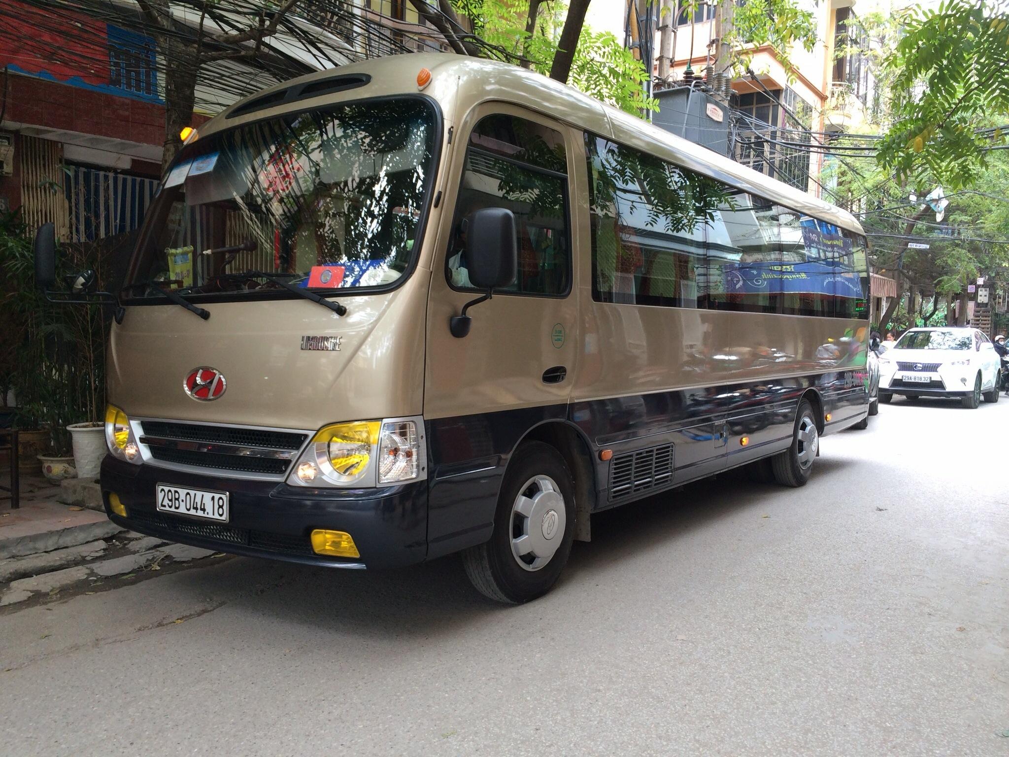 cho-thue-xe-29-cho-di-chua-huong